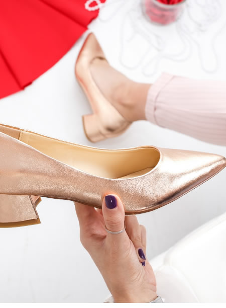 Pantofi Aurii Cu Toc Mic Si Varf Ascutit