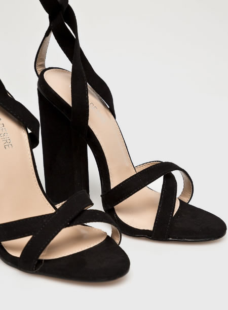 Sandale Cu Toc Inalt Si Snur Pe Picior